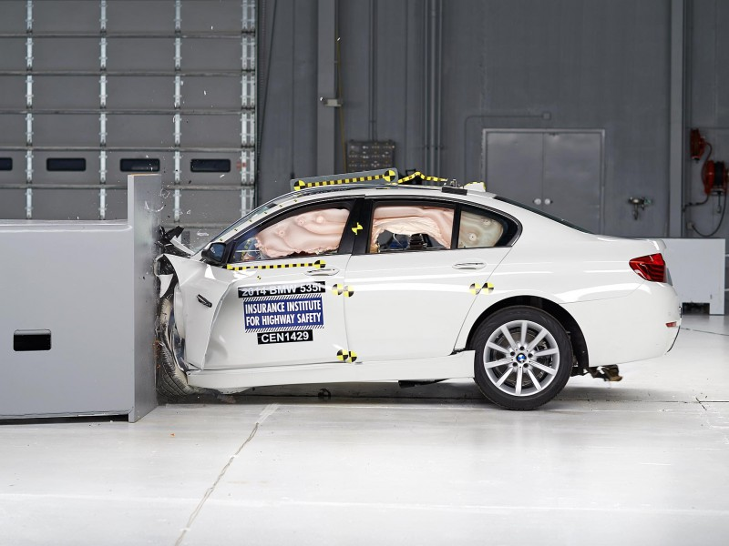 2014 BMW 535İ Small Overlap Crash Test