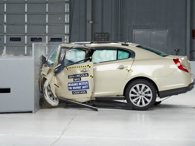 2014 Lincoln MKS Small Overlap Crash Test